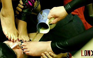 Beer given by divine feet Tgirl + 2 girls Lohanny Brandao, Manuela Albertini, Sabryna Foster